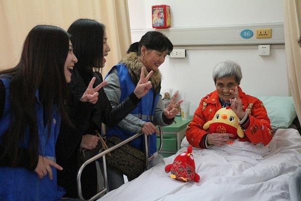 """【新春走基层 与志愿者同行】""""阿姨爷叔,我们就是你的家人!"""""""