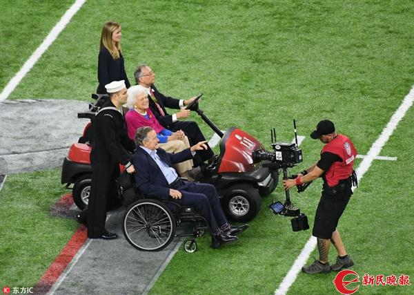 92岁的前美国总统老布什携妻子现场观战,并担任开场掷硬币嘉宾20170206_29094.jpg